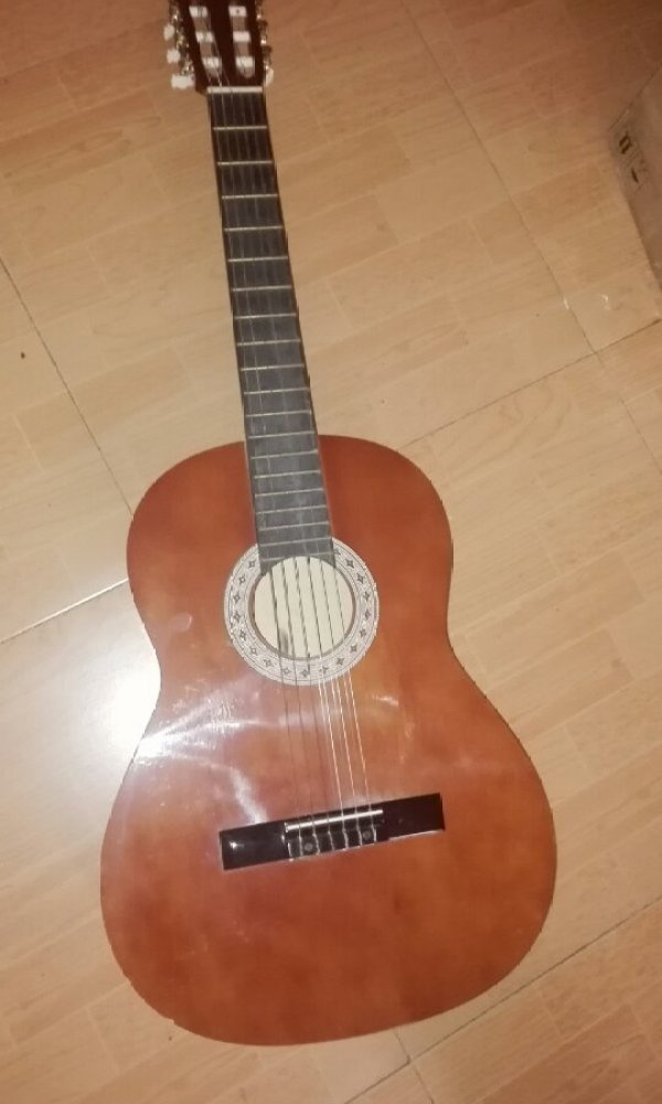 帮我看看这是不是古典吉他[tmp_88adfeaeaabc6412b40cd159b41873c6c1a5460ec72703dd.jpg]