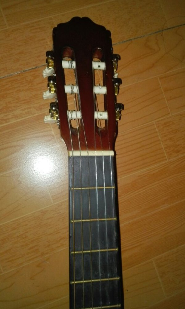 帮我看看这是不是古典吉他[tmp_fff3c40085c23937ec77fc6ad3a34ebfd5e1ecd1acfd840f.jpg]