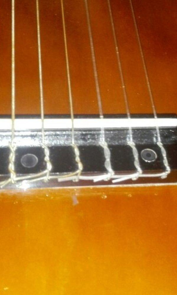帮我看看这是不是古典吉他[tmp_b2530b87eb88726c71adc365d387bb951c1ed4de77ee024c.jpg]