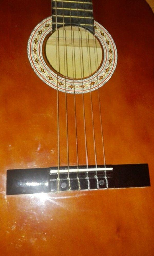 帮我看看这是不是古典吉他[tmp_71da17ffecaf10d989fef2c6ba875e985aeb43881e4d602f.jpg]
